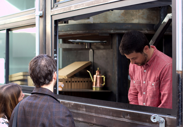 Caminhão tem forno a lenha e serve pizza quentinha