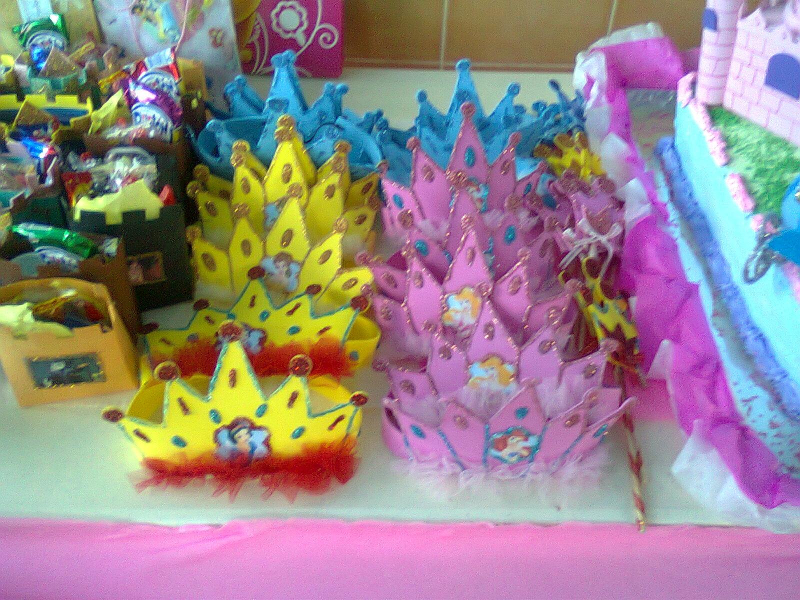 Estas coronas de princesas disney hechas de foamy muchos, brillitos y ...