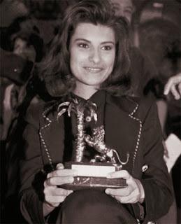 Laura Pausini ritira il premio come vincitrice di Sanremo Giovani del 1993