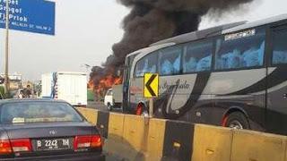 Bus Mayasari Bakti Terbakar di Gerbang Tol Halim