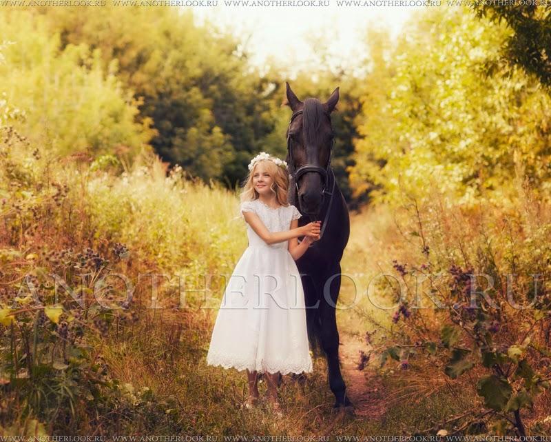 девочка в поле с венком на голове с лошадью