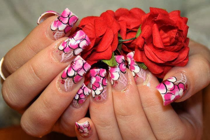 Unhas Decoradas com Flores Delicadas