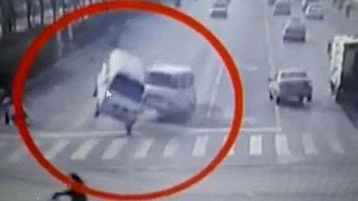 Bizarro clip muestra autos 'levitando' en China