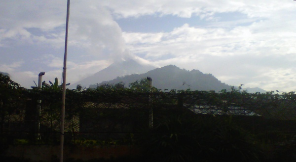 Merapi Keluarkan Abu Vulkanik