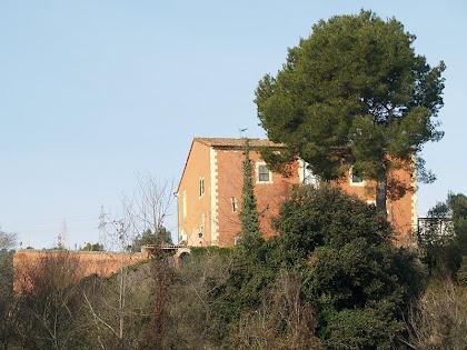La masia de Santa Bàrbara del Llor, des del Torrent de Can Totossaus