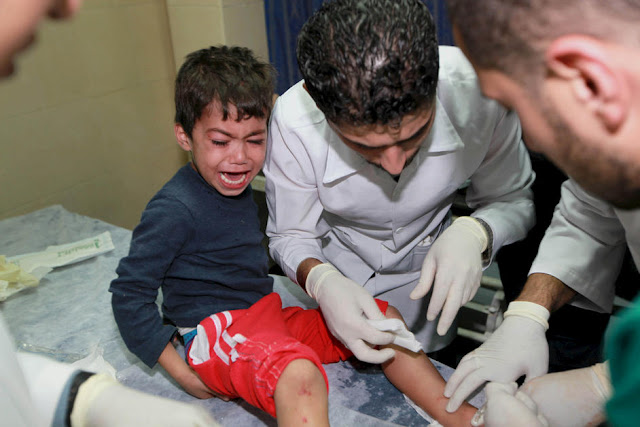 Criaça palestina é ferida por ataque israelense e recebe atendimento