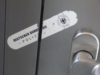 Deutscher Bundestag - POLIZEI - ... aufgebrochenes Siegel an einer modernen Tür