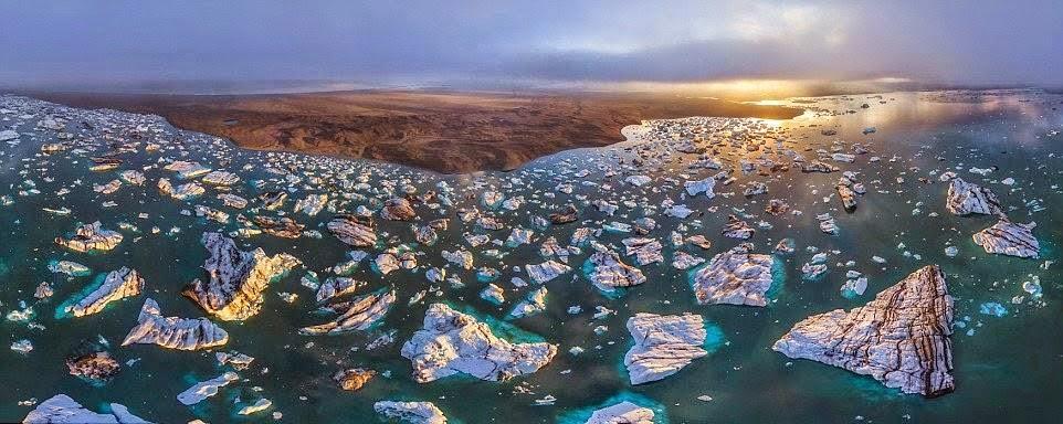 Bintik-bintik putih di laut biru, beku Islandia