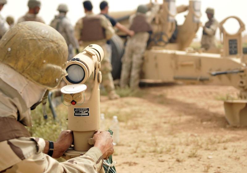 الهاوتز الامريكي M-198 An+Iraqi+M198+155mm+howitzer+crew+member+with+105th+Field+Artillery+Regiment%252C+5th+Iraqi+Army+Division+uses+a+collimator+to+sight+his+crew%25E2%2580%2599s+howitzer