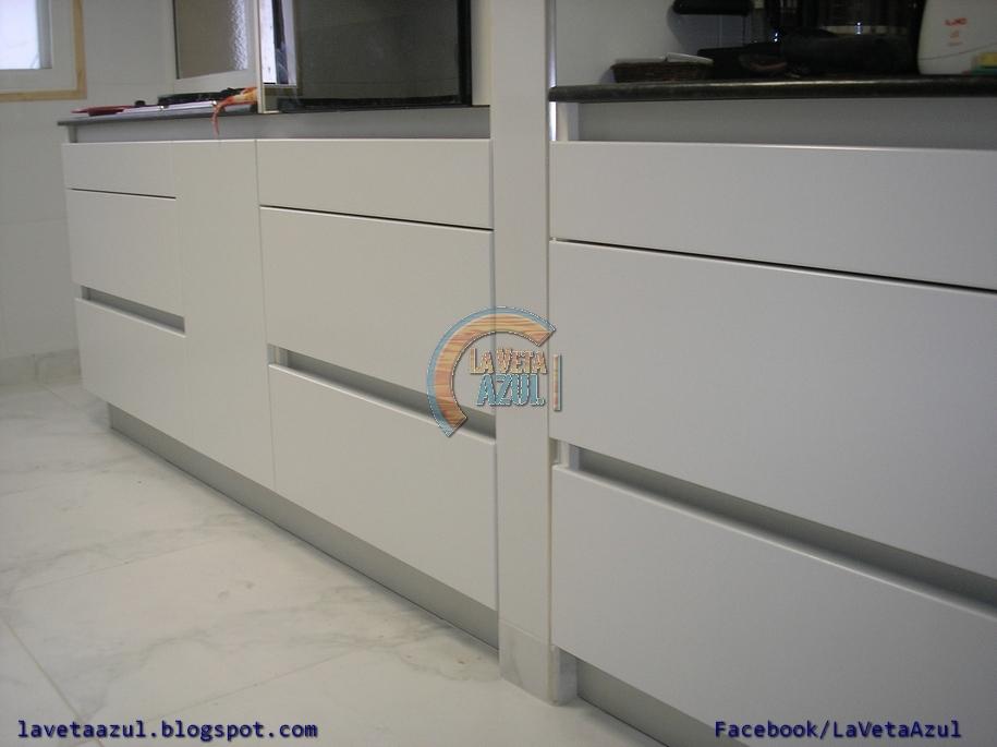 La veta azul mueble cocina en termoformado blanco for Planos para muebles de cocina en melamina