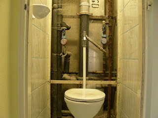 Panel WC lebontott vaslemezzel.