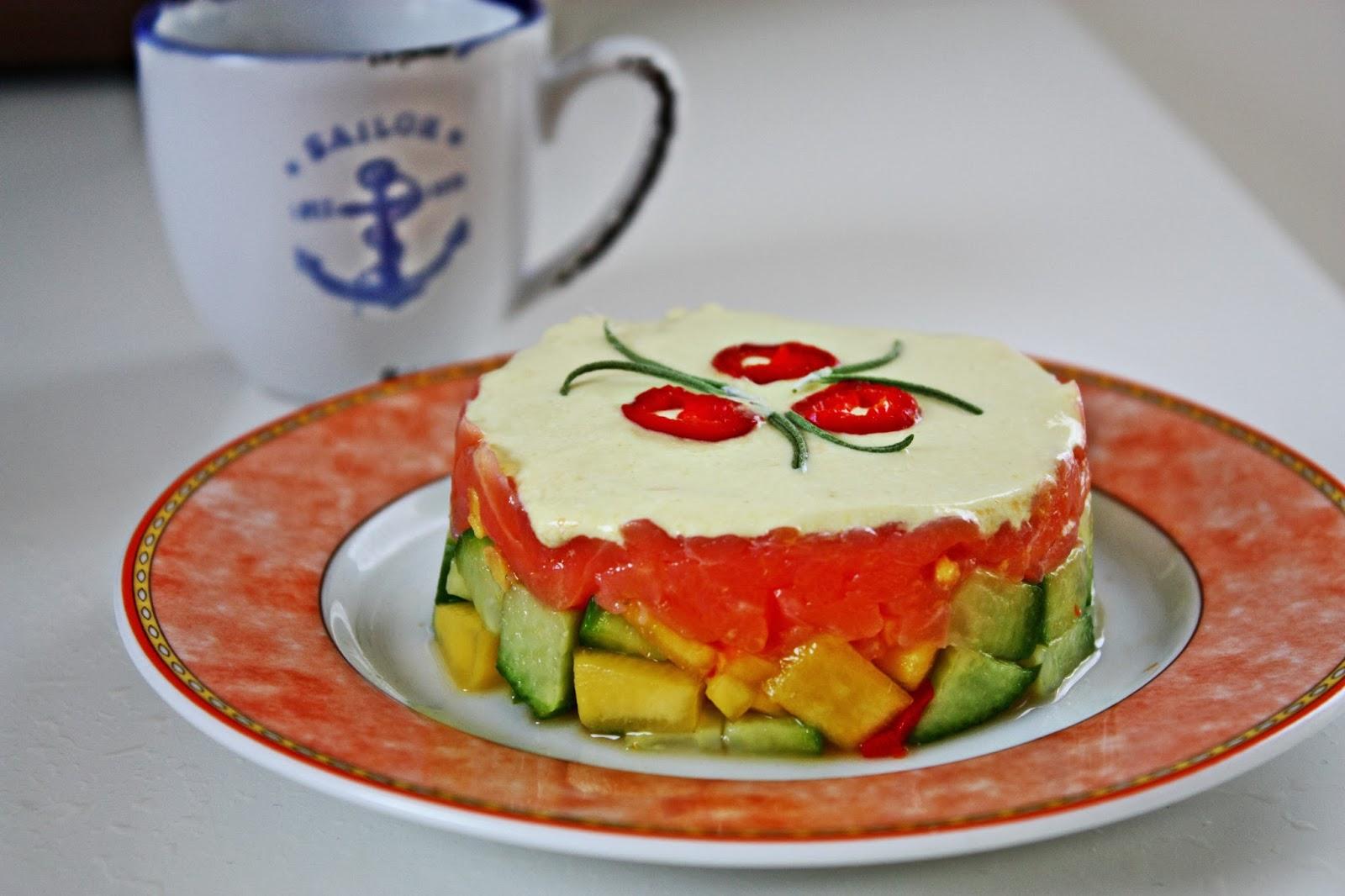 Lachstartar auf Mango Chili Gurken Salat