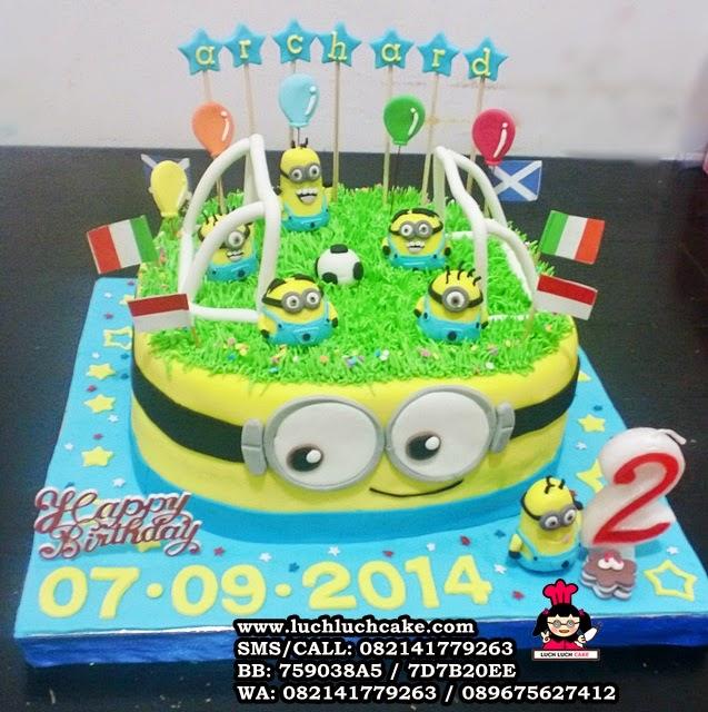 Luch Luch Cake: Kue Tart Minion Tema Main Bola Daerah Surabaya ...