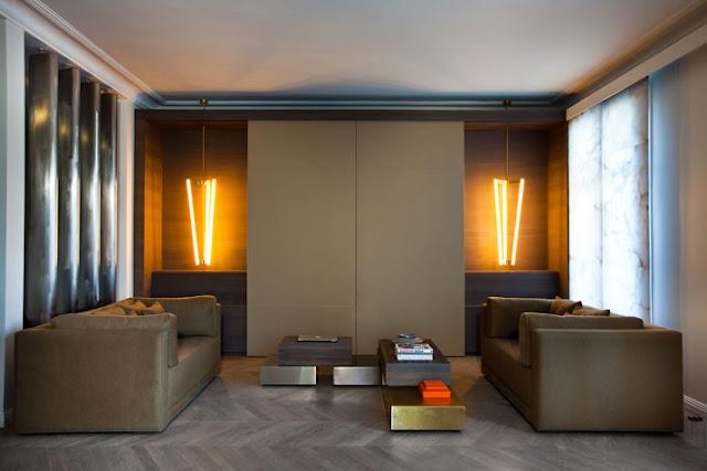 Wohnzimmer in kommunikationsfördernden und warmen Brauntönen