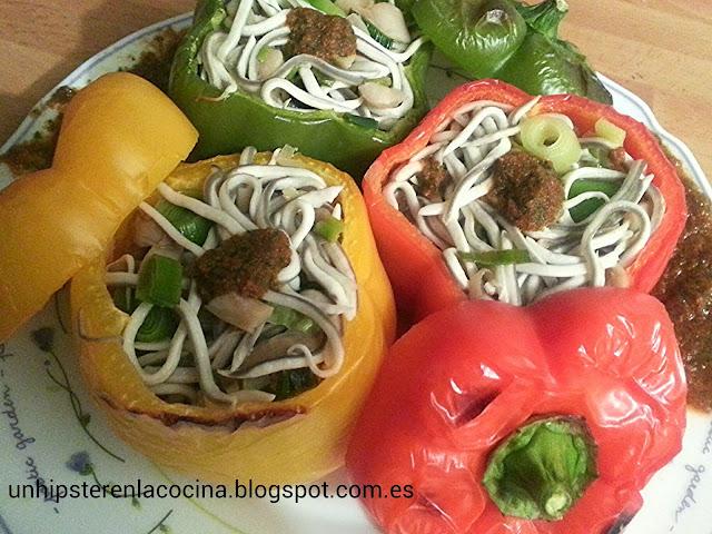Pimientos tricolor rellenos de gulas y pesto de tomate