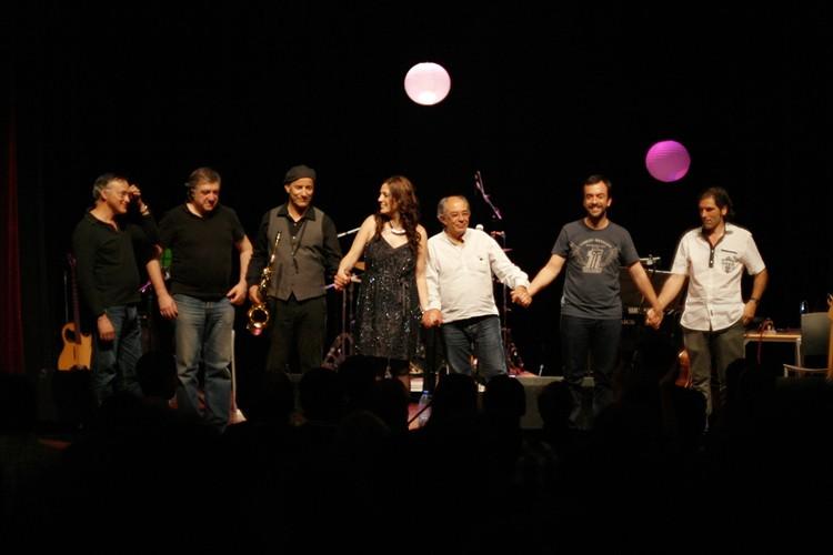 Apontamento do final do cncerto, com os músicos a agradecerem os aplausos