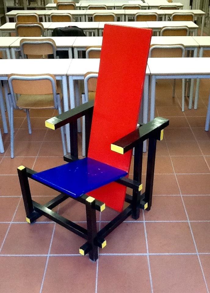 La sedia rossa e blu di gerrit rietveld e un lavoro di ex for Sedia rossa