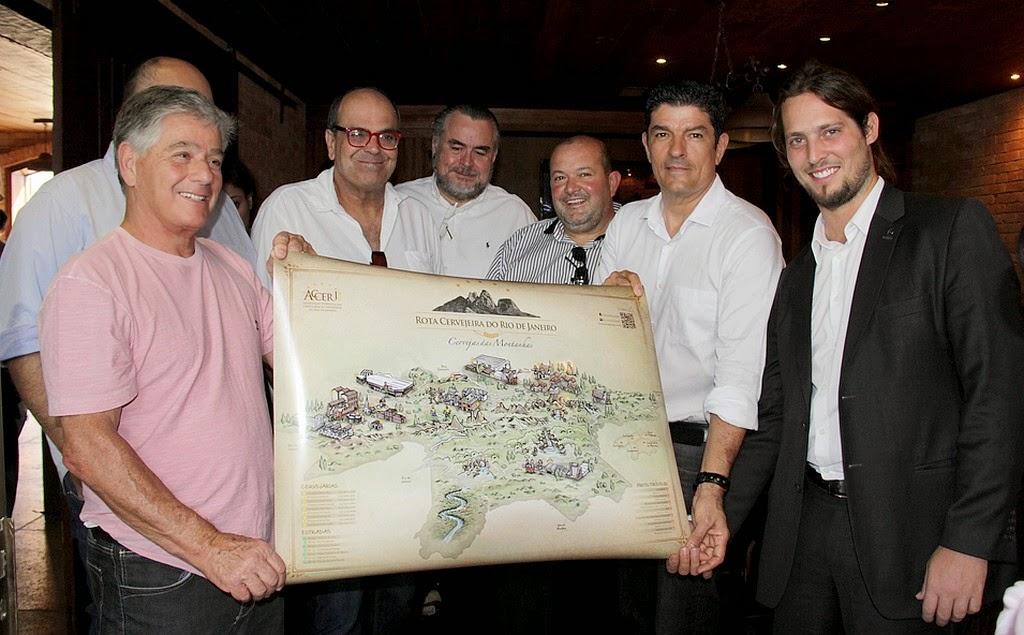Ministro do Turismo Vinicius Lages e empresário Mozart Rodrigues mostram o mapa da Rota Cervejeira