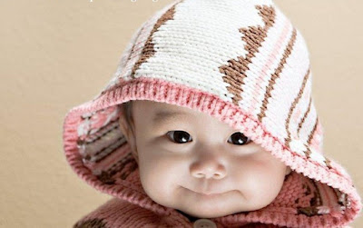 Un trop mignon bébé qui porte une capuche