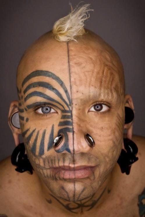 Tatuagem no rosto e alargador nos náriz