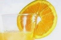Bicchiere di spremuta con fettina d'arancia