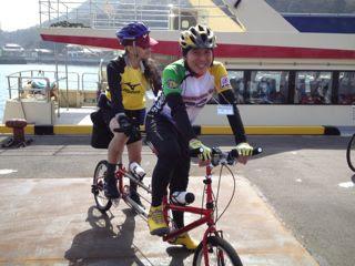 bike fridayの赤い自転車に乗る二人