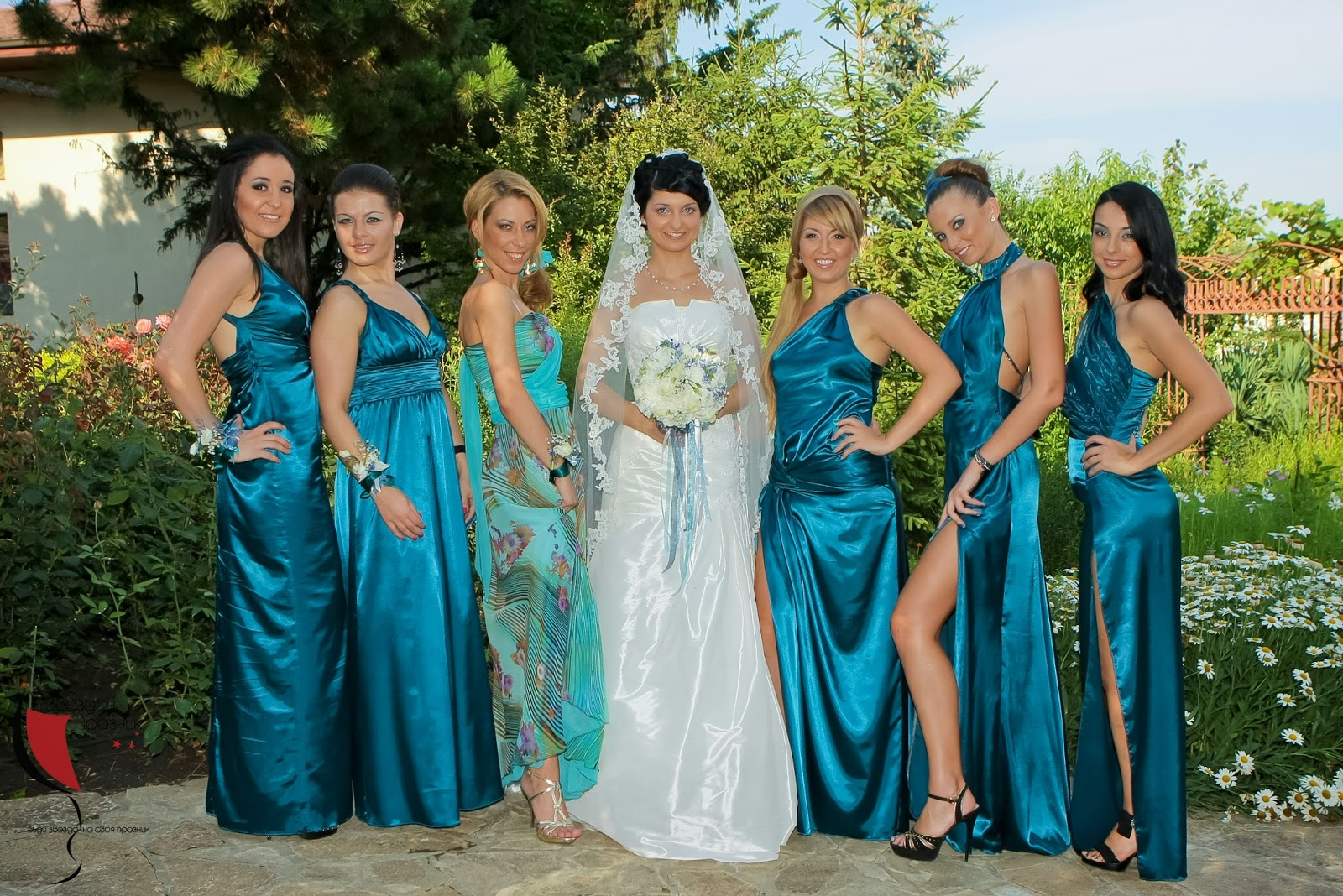 обща снимка на булката и шаферкити със сини шаферски рокли