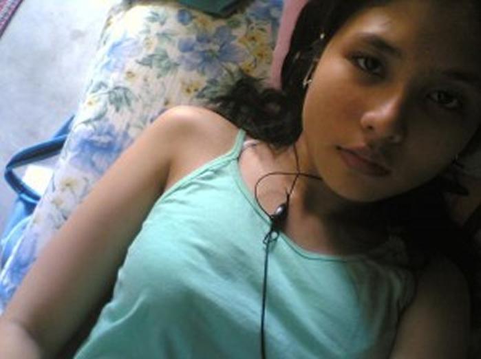 Awek Seksi Baring keletihan di Atas Katil