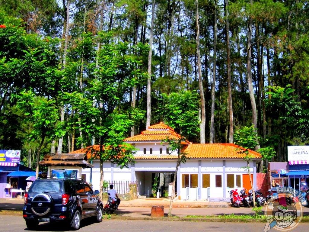 Pintu masuk kompleks Taman Hutan Raya Juanda