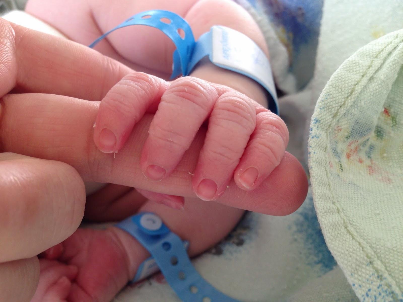 Почему новорожденному нельзя стричь ногти