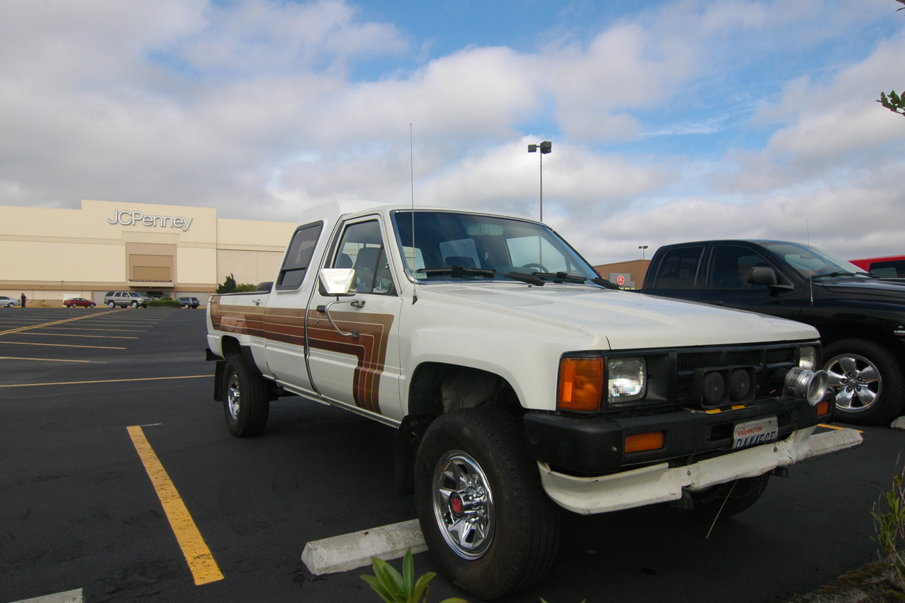 OLD PARKED CARS.: 1985 Toyota Hilux Custom Cab.