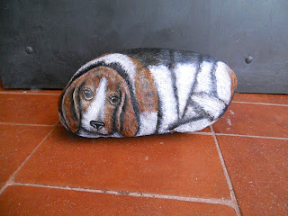 PIEDRA PINTADA A MANO: Beagle