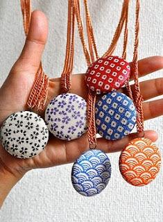 http://conideade.com/blog/como-hacer-colgantes-con-botones-forrados/1258