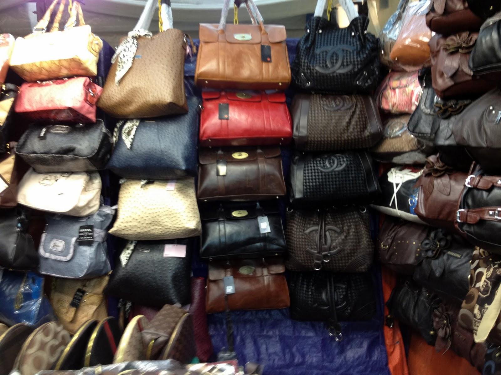 Como podéis ver en Jalan Petaling podéis encontrar de todo a precios muy económicos\u2026entonces, para que llenar la maleta? Jamás he visto tantas chanclas