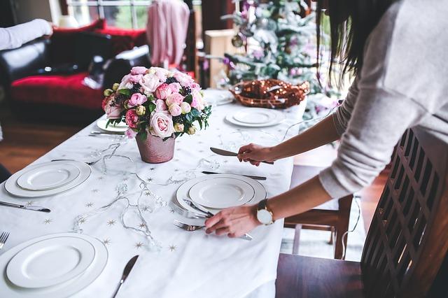 Jika Temanmu Membantu Pekerjaan Rumahmu Atau Apapun Itu, Sudah Seharusnya Kamu Memberinya Imbalan Berupa Makanan