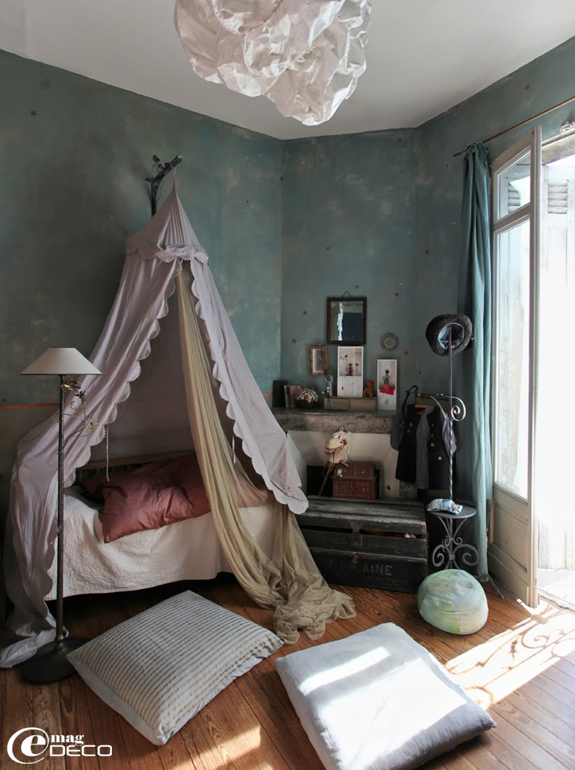 Chambre d'enfant avec des murs peints effet nuagé et des étoiles, chez Miss Clara