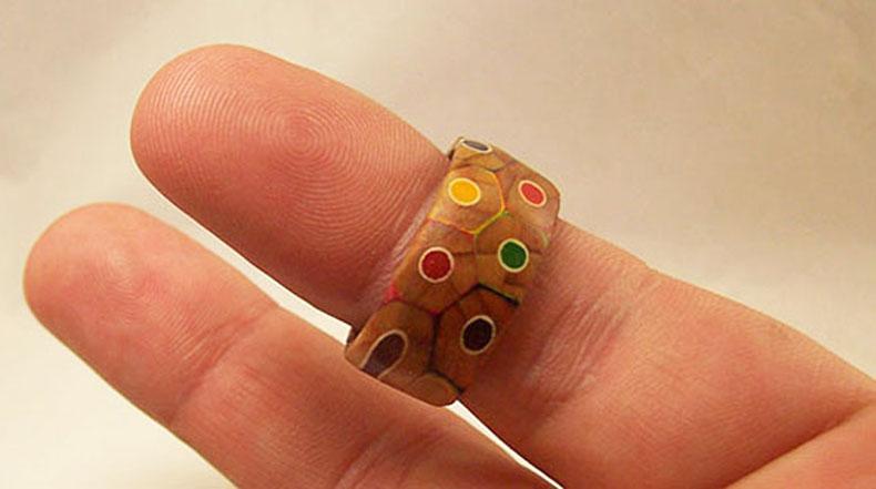 Artesano convierte una caja de lápices de colores en el un original anillo