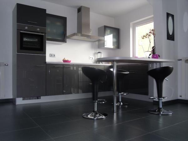 10 fotos de cocinas grises ideas para decorar dise ar y for Cocinas con suelo gris oscuro