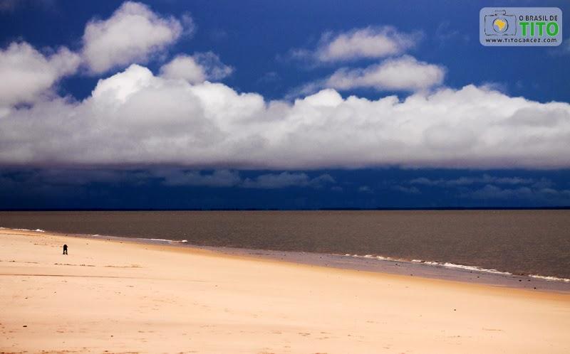 Tempo fechado na praia do Vai-Quem-Quer, na ilha de Cotijuba, no Pará
