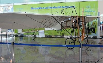 El Bleriot exposat a la T1 de l'Aeroport del Prat.