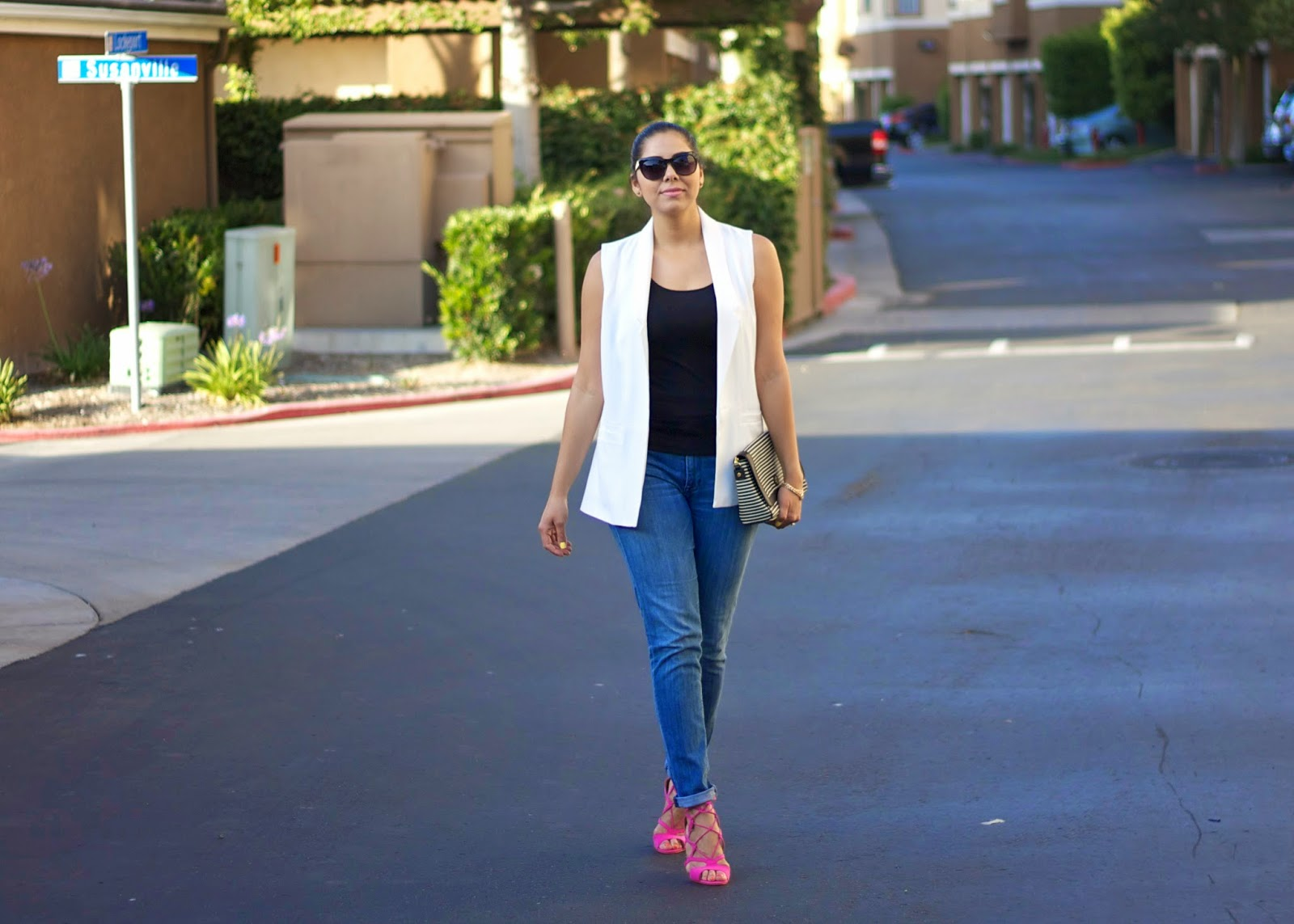 white vest outfit, forever 21 oversized vest, justfab hot pink heels, justfab blogger, tory burch striped clutch