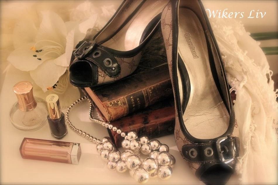 4d828a1c276 Men där finns rätt så hyfsat många par skor också. Skor i alla former.  Stövlar, sandaletter, sneakers, kängor, stövletter, pumps, ...