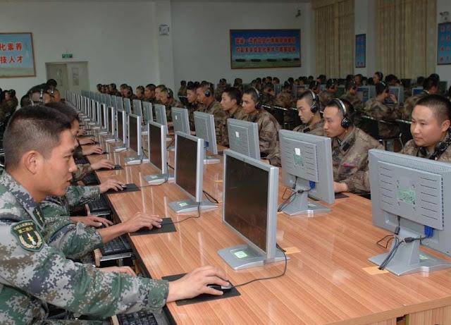 Do outro lado na aparência há mais um usuário. Na realidade há um militar visando conquistar a mente da vítima.