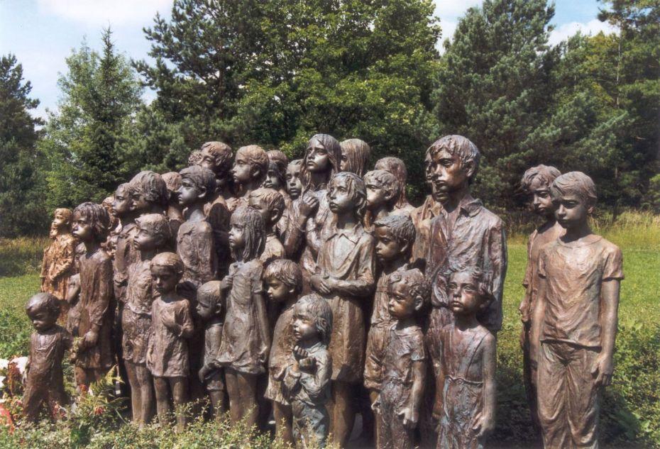 Infancia de bronce en Lídice (Bohemia central, república checa) Monumento a la inocencia asesinada