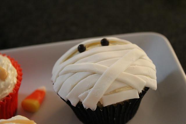 Fondant mummy cupcake