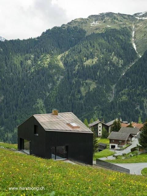 Casa con techo a dos aguas de diseño moderno en Suiza