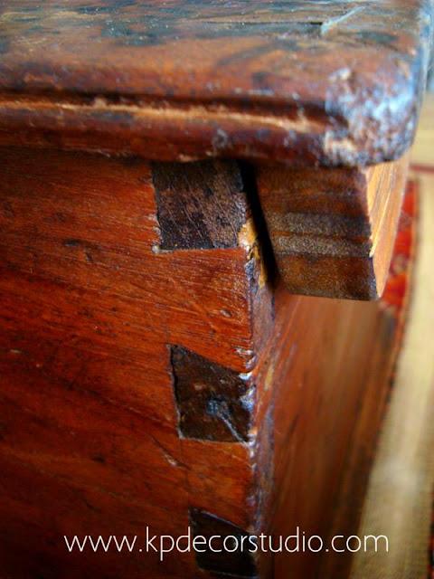 Baúl de madera antiguo. Cajas de madera. Maletas antiguas. Enjarjes de cola de milano