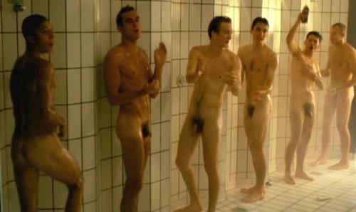 Hommes nus sous la douche