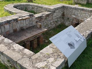 Bild 9: Konservierte Mauerreste mit Infotafel über römische Heizungsanlagen