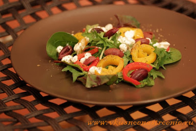 Салат-микс с  запеченным перцем, маслинами и рикоттой (творогом)